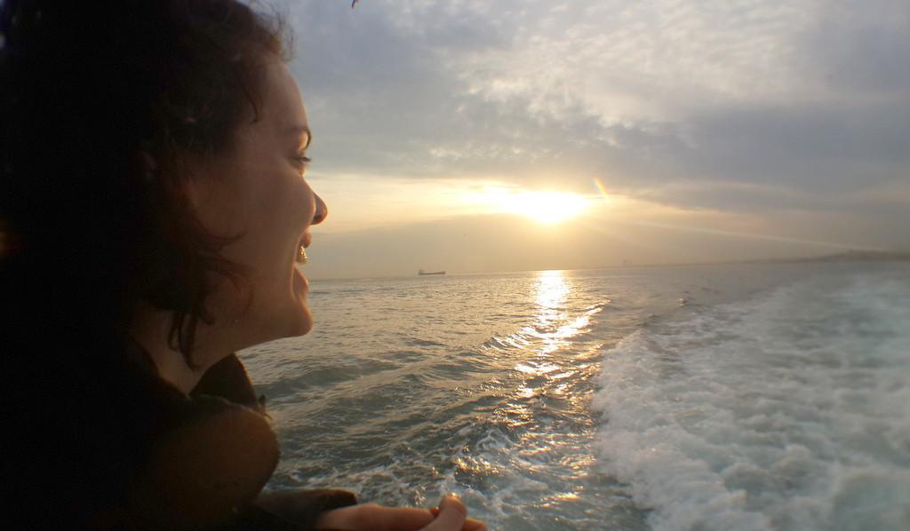 Denize gülen kız